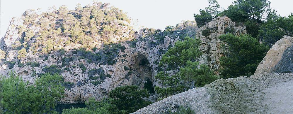 Albià. Calcàries urgonianes de la formació des Rubió, que recobreixen les margues també urgonianes de la formació des Portitxol, a sa Foradada (Sant Antoni de Portmany). Foto: Bartomeu Escandell Prats.