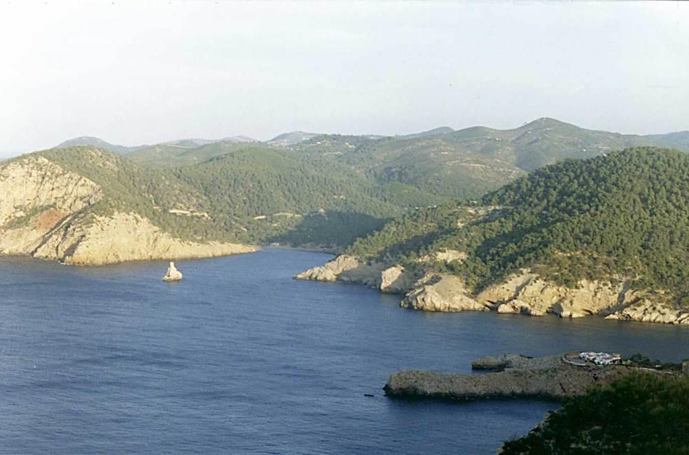 Illes Balears. Costa des Amunts, Eivissa. Sector on la costa baixa i permet l´entrada al port de Balansat; enfront, el port de Benirràs, amb es Cap Bernat. Foto: Enric Ribes i Marí.