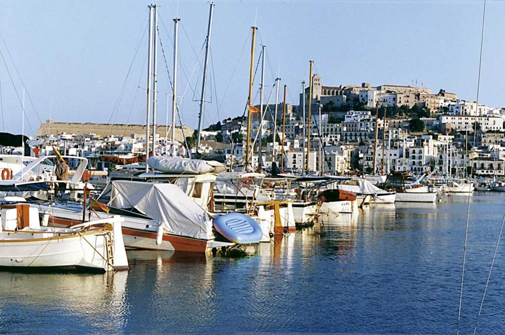 Illes Balears. Port d´Eivissa. El turisme modern presenta una demanda d´amarres esportives. Foto: Rosa Vallès Costa.