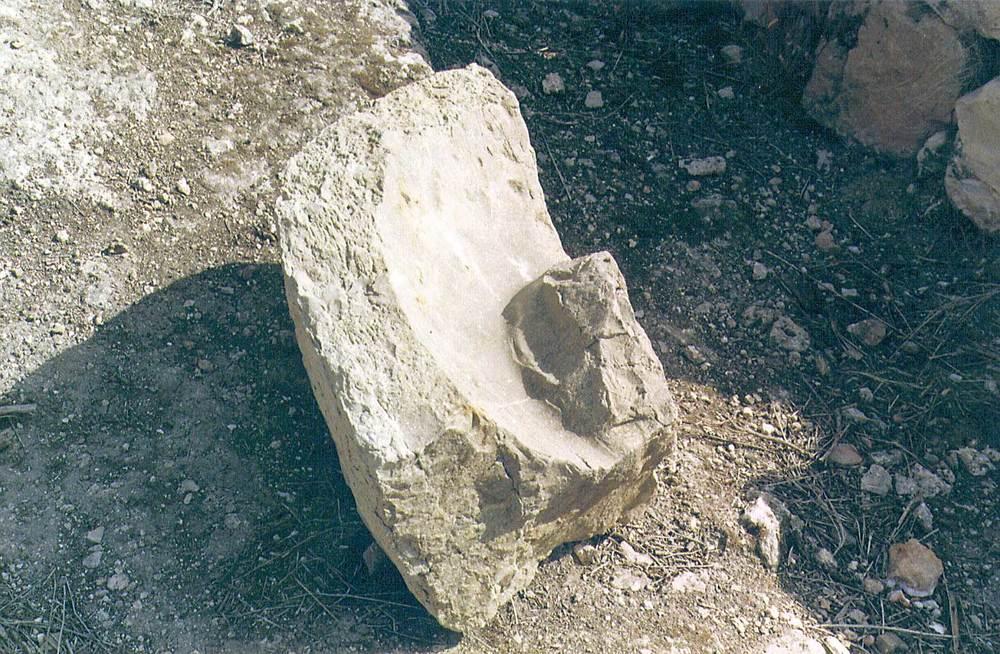 Les pallisses de Cala d´Hort. El <em>mortarium</em> del <em>trapetum</em> 2 de l´edifici A (s. II i I aC.). Foto: Joan Ramon Torres.