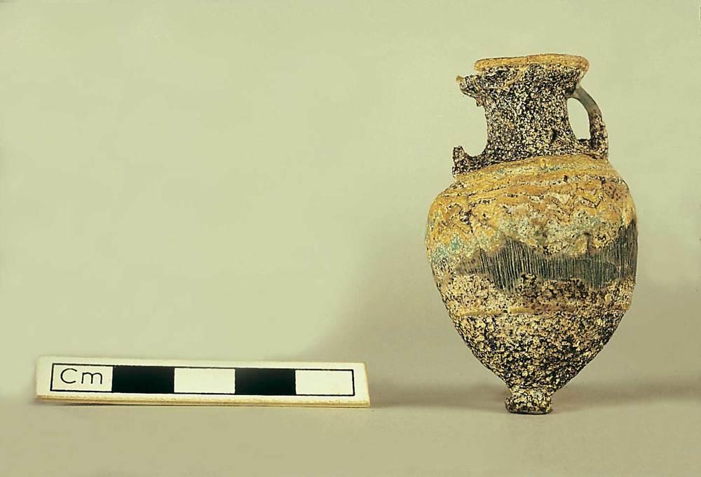 Les pallisses de Cala d´Hort. Necròpolis púnica: vas púnic de vidre (s. V-IV aC.). Foto: J. Forteza.