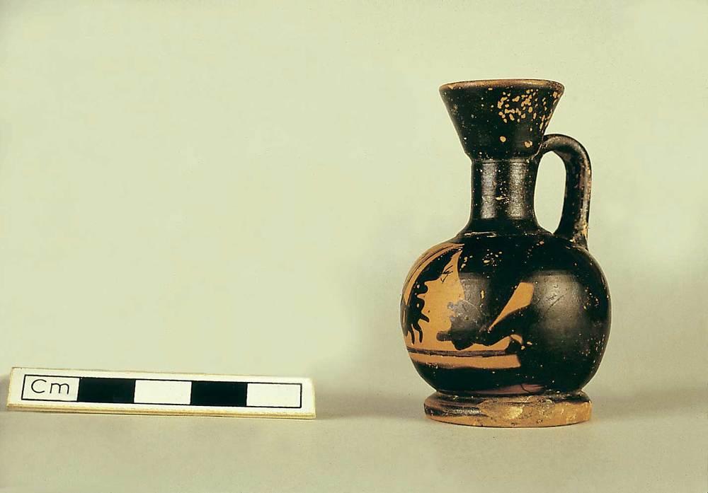 Les pallisses de Cala d´Hort. <em>Lekythos</em> &agrave;tic procedent de la necr&ograve;polis p&uacute;nica (s. IV aC.). Foto: J. Forteza.