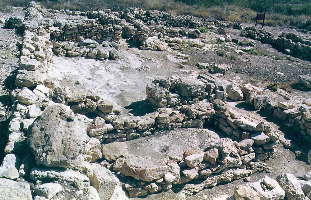 Les pallisses de Cala d´Hort. L´ala N de l´edifici A, on es veu, en primer terme, la bassa de decantació d´oli (s. I dC.). Foto: Joan Ramon Torres.