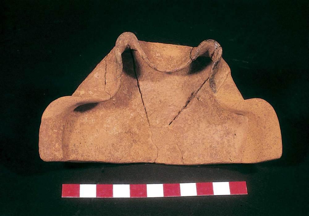 Una característica lucerna amb dos becs trobada a l´estança XVIII (2a meitat del s. VII aC.). Foto: Joan Ramon Torres.