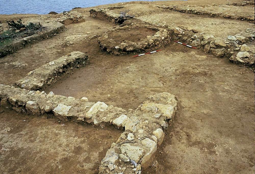 Sa Caleta. La plaça j/k del barri sud, amb el forn 1 entre les estances III i XIV (2a meitat del s. VII aC.). Foto: Joan Ramon Torres.
