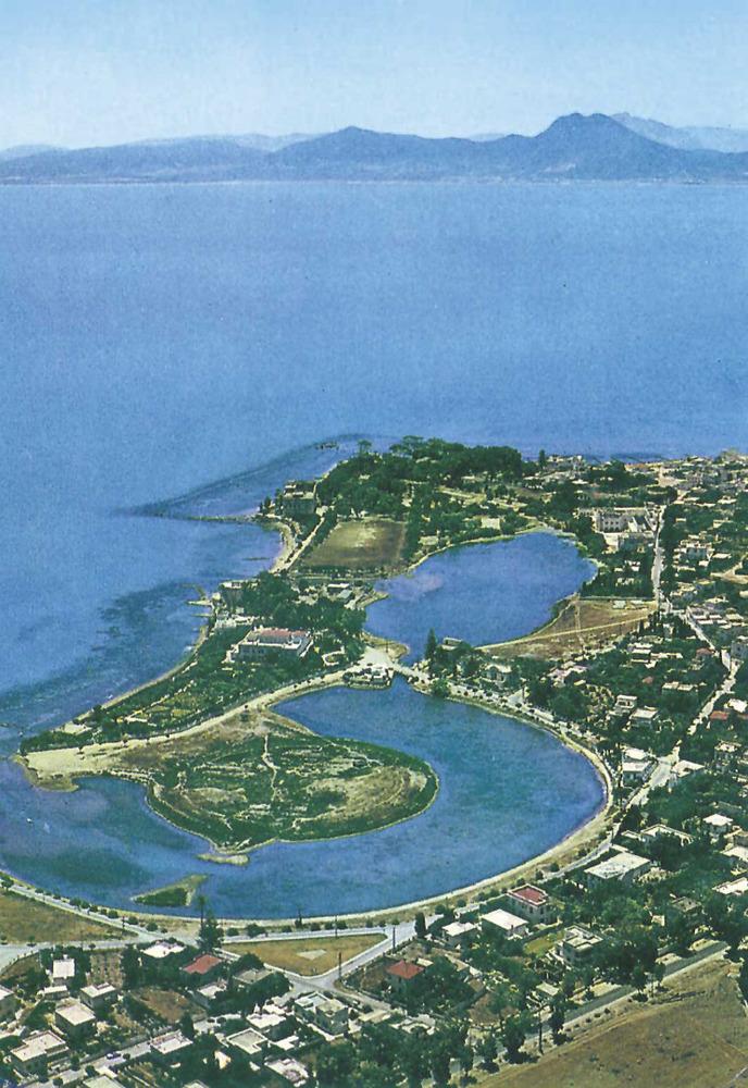 Cartago. En primer terme, el port militar, circular. En segon terme, el port mercant, allargat.