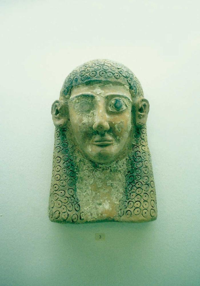 Cartago. Necròpolis de Byrsa. Terracota policromada que representa una cara femenina amb un vel al cap (s. VI aC. Museu del Bardo). Foto: Joan Ramon Torres.