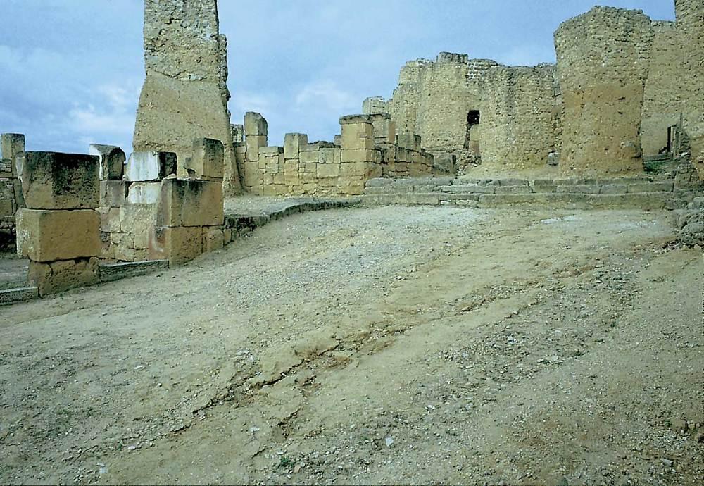 Cartago. Acròpolis de Byrsa; sectdor urbà tardopúnic (s. III-II aC.). Vista d´un carrer ample amb escales. Foto: Joan Ramon Torres.