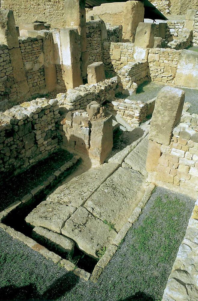 Cartago. Acròpolis de Byrsa. Sector urbà tardopúnic (s. III-II aC.). Interior d´un edifici amb una cissterna coberta per lloses a doble vessant.