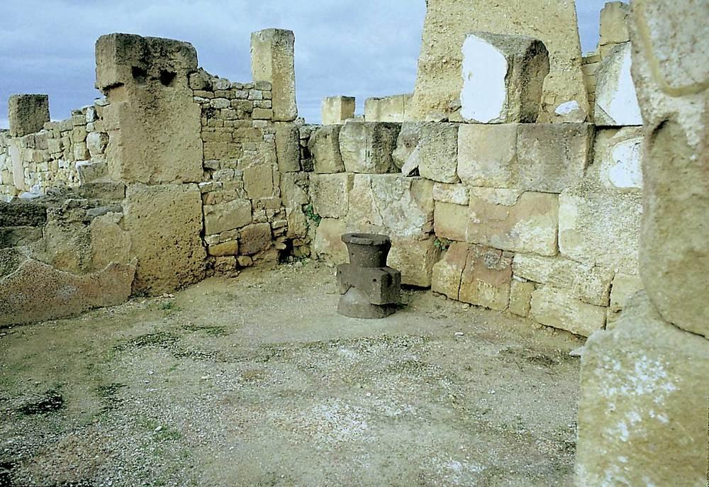 Cartago. Acròpolis de Byrsa. Sector urbà tardopúnic (s. III-II aC.). Vista interior d´una casa amb molí de pedra volcànica. Foto: Joan Ramon Torres.