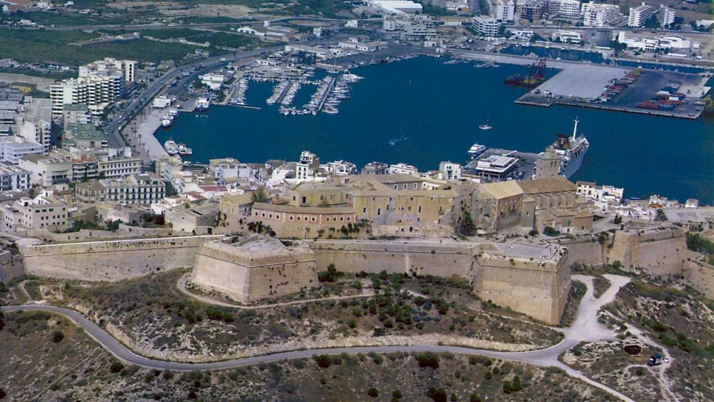 Es Castell. Vista des del sud. Foto: Rosa Gurrea Barricarte / Joan Ramon Torres.