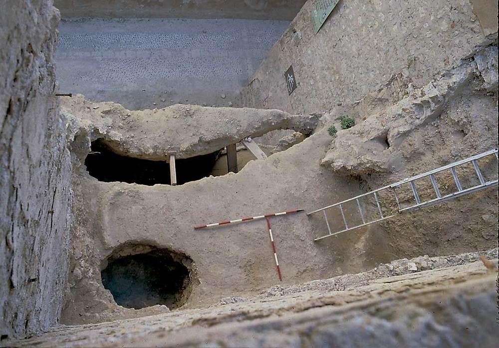 Es Castell. La cisterna tardopúnica i un possible pou negre d´època musulmana després dee la seua excavaciók, a la dreta de la torre II. Foto: Rosa Gurrea Barricarte / Joan Ramon Torres.