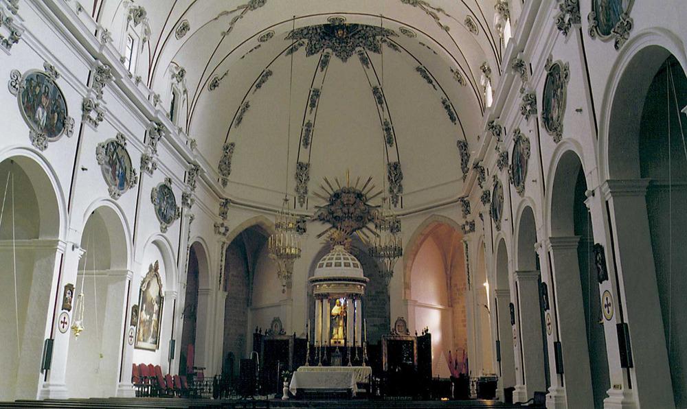 Catedral d´Eivissa. Interior de la nau amb elements decoratius d´estil barroc, resultat de la reforma portada a terme entre 1712 i 1728. Foto: Joan Ramon Torres / Rosa Gurrea Barricarte.