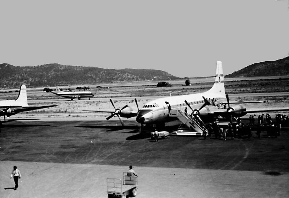 La pista de l´aeroport des Codolar amb un quatrimotor comercial, durant els anys seixanta del s. XX. Foto: cortesia de Jordi Grünwald.