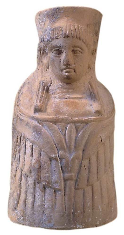Figura de fang cuit que representa Tanit trobada a la cova des Culleram. Foto: Joan Ramon Torres.