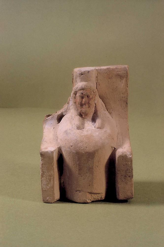 Figura de fang cuit trobada a la cova des Culleram que representa la deessa Tanit entronitzada. Foto: Joan Ramon Torres.