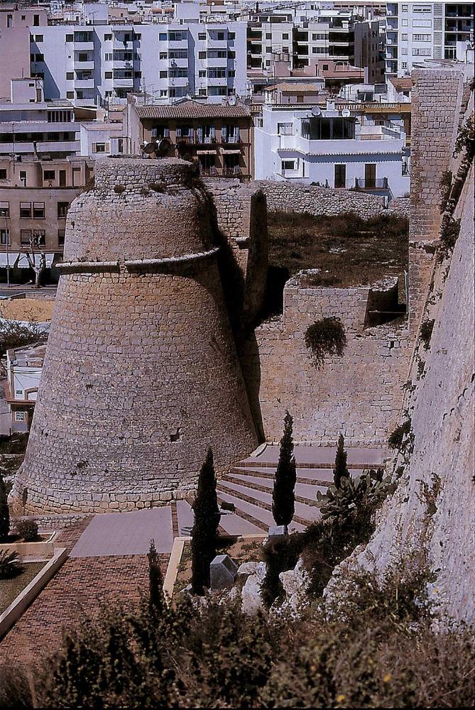 Un altre aspecte de Dalt Vila: l´orellot que protegeix el Portal Nou, entrada per la part de ponent a la fortalesa. Foto: Vicent Marí.