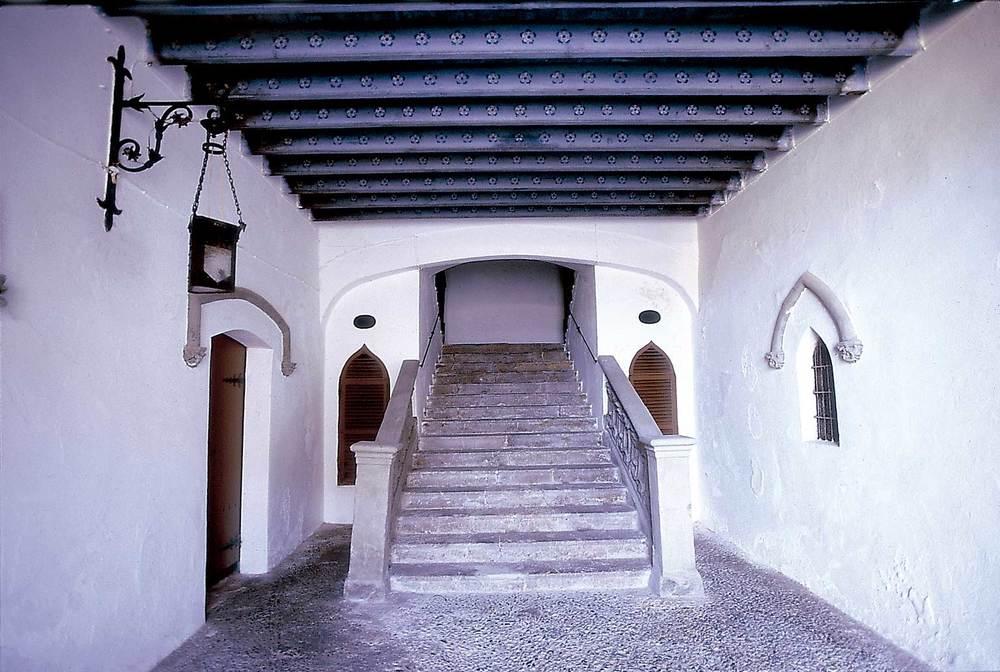 Un altre aspecte de Dalt Vila: l´entrada de la casa Wallis, a la vila Nova, amb detalls arquitectònics neogòtics. Foto: Vicent Marí.