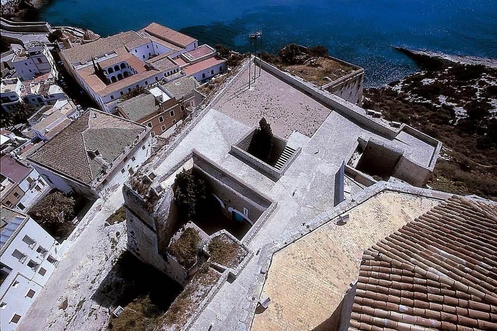 Dalt Vila. El baluard de Santa Tecla des del campanar de la Catedral; més avall la casa Montero i l´antic convent dels Dominics. Foto: Vicent Marí.