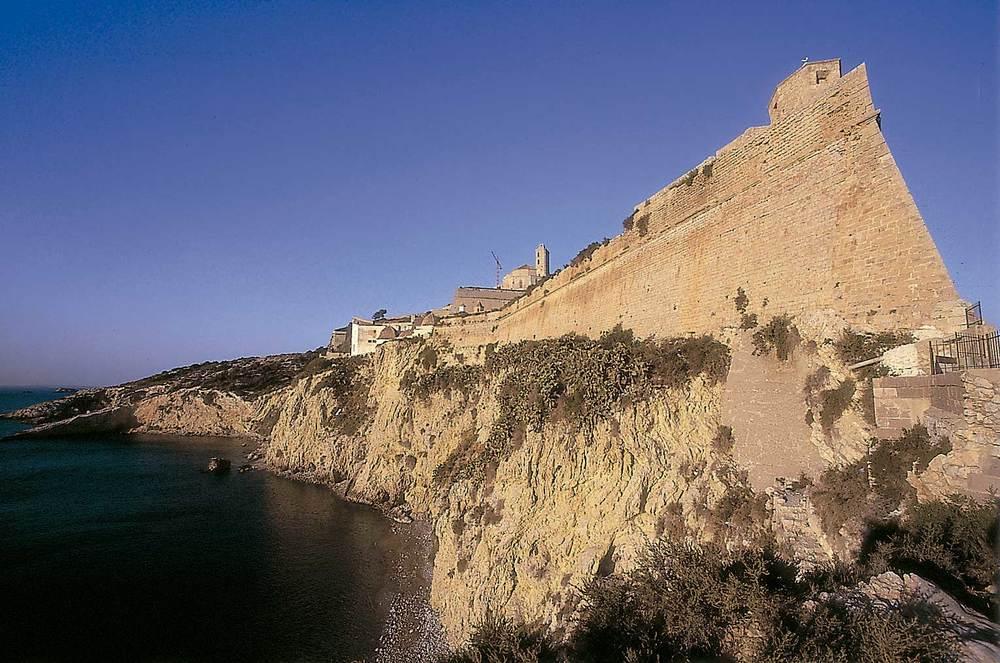 Dalt Vila. El flanc de llevant del baluard de Santa Llúcia, sobre els espadats de sa Penya. Foto: Vicent Marí.