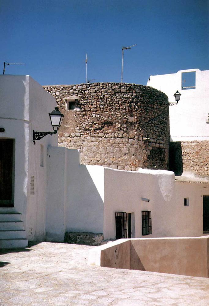Una torre de l´antiga murada del raval. Foto: Vicent Marí.
