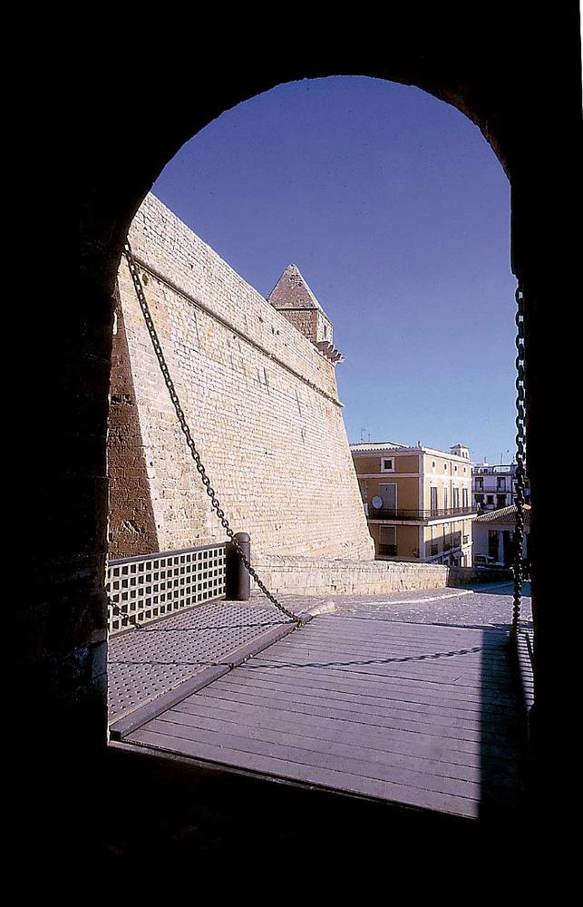 El portal de ses Taules –el principi de la vila. Foto: Vicent Marí.