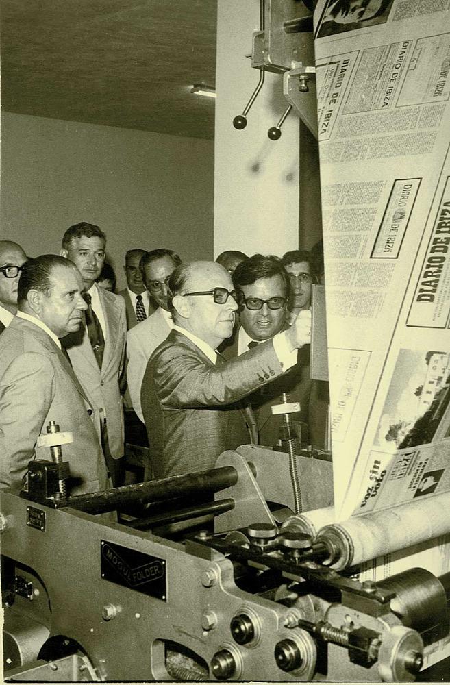 Inauguració pel ministre d´Informació i Turisme León Herrera y Esteban, de la rotativa del <em>Diario de Ibiza</em> als tallers de Sant Jordi, el 27 de juliol de 1975. Foto: Josep Buil Mayral.