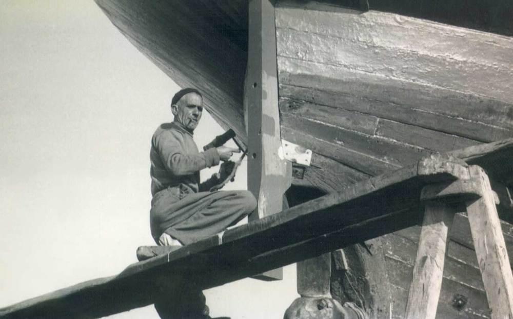 """En aquella època era necessari treure freqüentment els vaixells a la drassana, per netejar el folre de l´obra viva, calafatejar, canviar alguna taula... En la foto, Josep Marí, conegut com el calafat Vedell. Foto: cortesia de la família Marí Costa """"Vedell""""."""