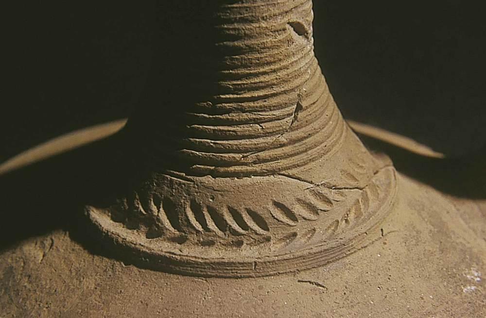 Art. Detall decoratiu d´una gerra de l´època baiximperial trobada a les pallisses de Cala d´Hort. Foto: Joan Ramon Torres.