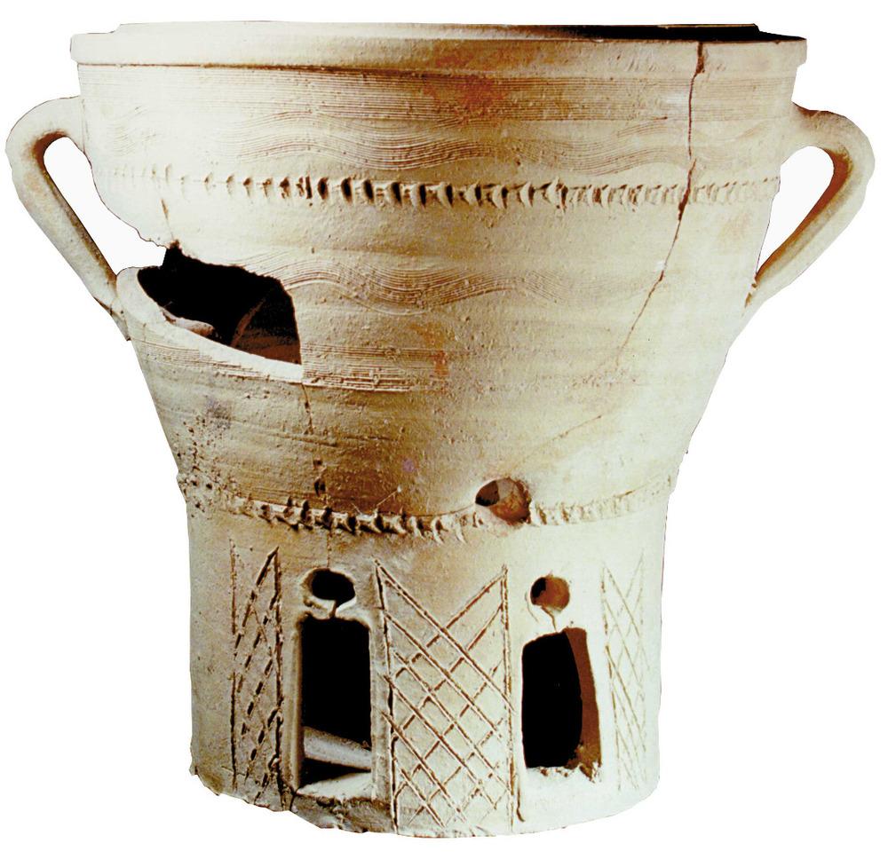 Art. Fornell de ceràmica comuna amb decoració incisa, trobat a la ronda Calvi, Dalt Vila. Foto: Joan Ramon Torres.
