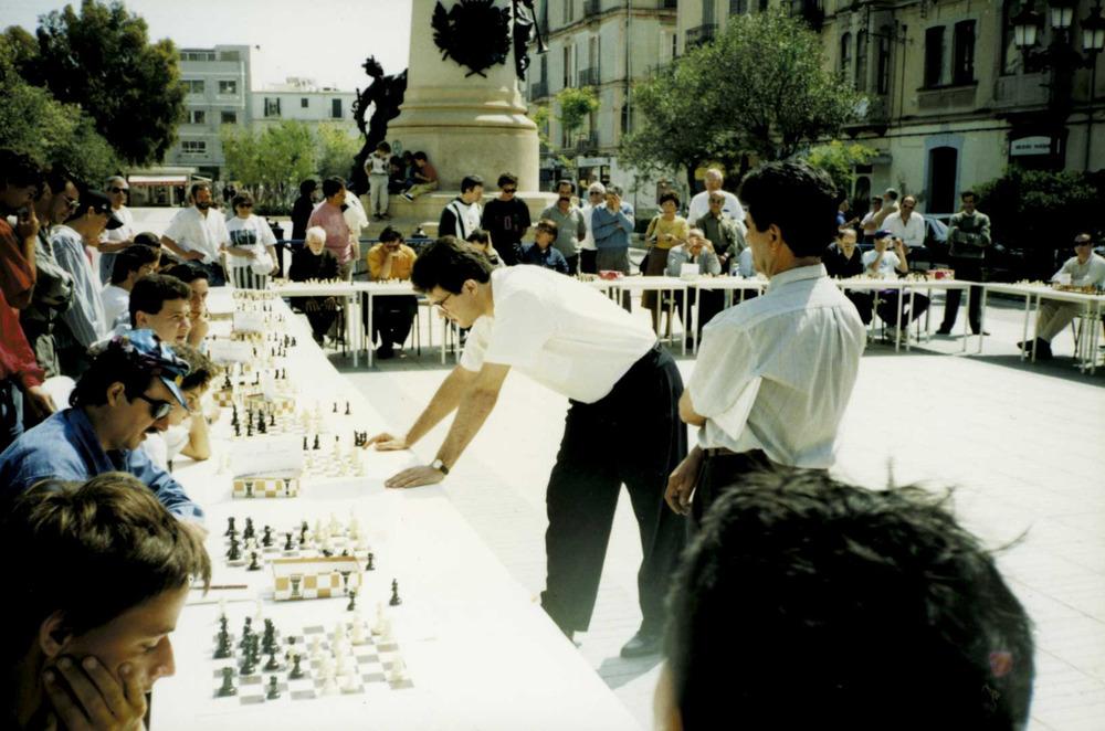 Esports. Simultànies d´escacs celebrades a Vara de Rey el maig de 1992, amb Miquel Illescas.