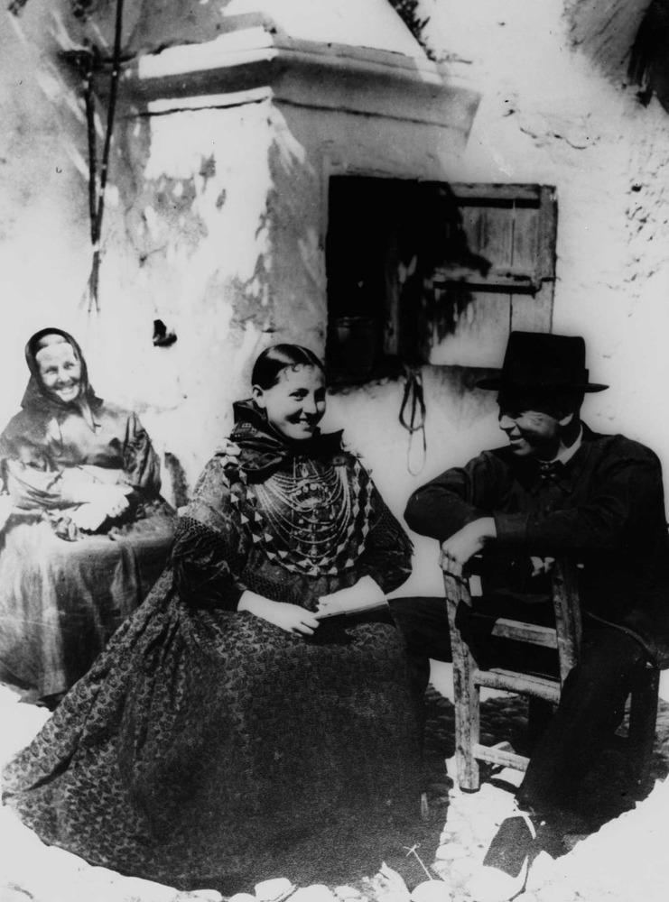 Etnografia i cultura popular. Estampa típica del festeig pagès. En primer terme, una parella festejant; al fons, la mare de l´al·lota. Foto: Domingo Viñets.