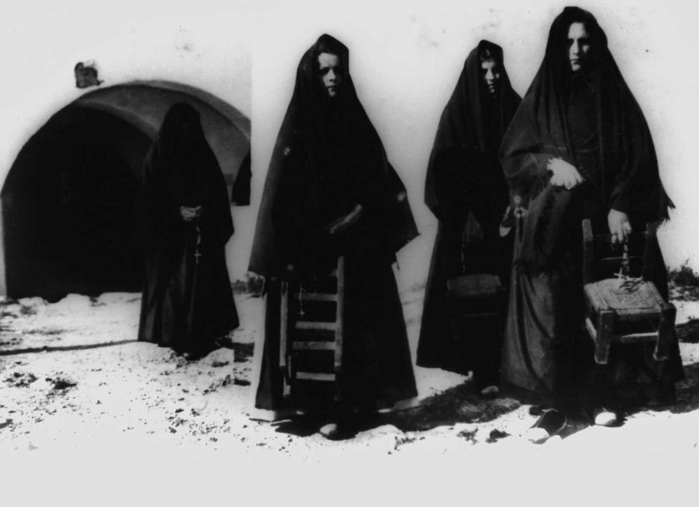 Etnografia i cultura popular. Grup de dones endolades sortint de missa. Moltes vegades, després de la mort d´un familiar pròxim, les dones portaven dol tota la vida. Foto: cortesia del Museu Etnològic d´Eivissa i Formentera.