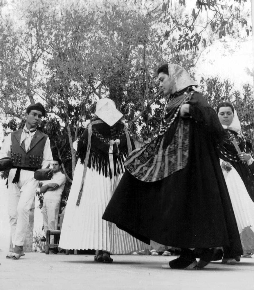 Etnografia i cultura popular. Ball de filera; un ballador convida tres al·lotes a ballar, que se situen una darrere l´altra. Foto: Josep Buil Mayral.