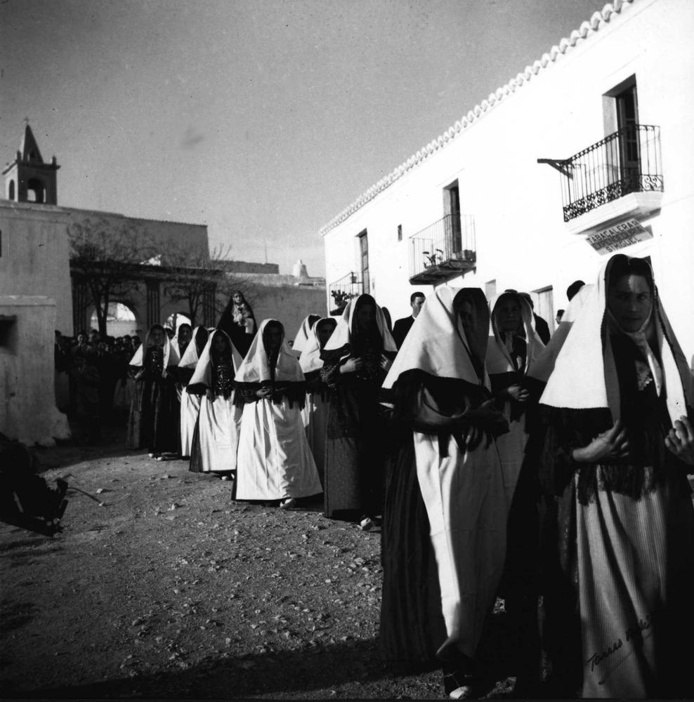 Etnografia i cultura popular. Estampa d´una processó al poble de Sant Miquel de Balansat. Foto: Torres Andiñà.