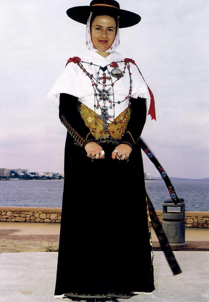 Etnografia i cultura popular. Al·lota vestida amb gonella i amb emprendada de plata i coral. Foto: Vicent Guasch Juan.