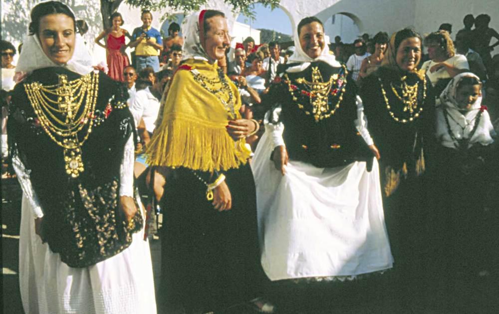 Etnografia i cultura popular. Un grup d´al·lotes amb vestits pagesos. Foto: Studio 30.