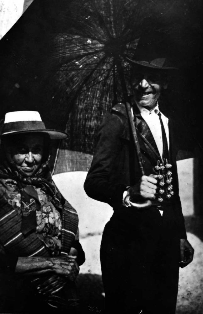 Etnografia i cultura popular. Parella amb vestits tradicionals. Ell porta el jupetí amb els botons de plata. Foto: Quilis / arxiu de Marià Planells Cardona.