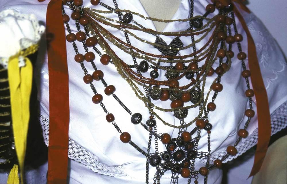 Etnografia i cultura popular. Emprendada de plata i coral. Foto: cortesia del Museu Etnològic d´Eivissa i Formentera.