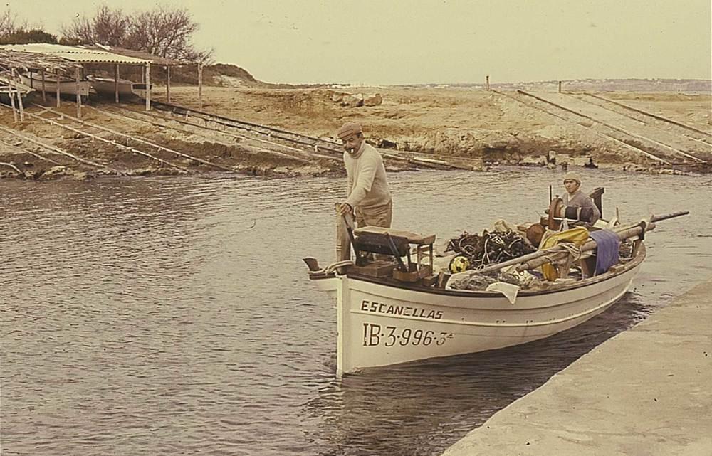 Etnografia i cultura popular. L´economia domèstica, basada en el cultiu de la terra, es complementava amb altres activitats, com la pesca. Foto: Marià Planells Cardona.