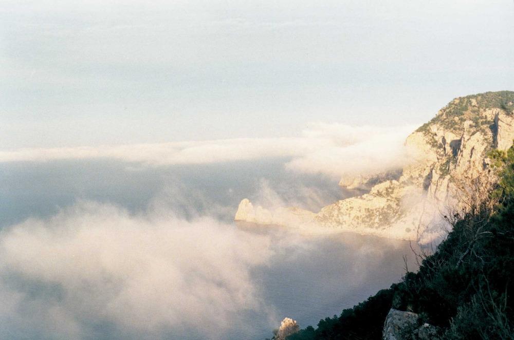 Geografia. Clima. La boira és un fenomen meteorològic no gaire freqüent a Eivissa. Únicament hi ha una mitjana de 9 dies l´any en què la boira és present a l´aeroport d´Eivissa. A la foto, la costa coronera, amb es Castellar al fons. Foto: Antoni Ferrer Abárzuza.