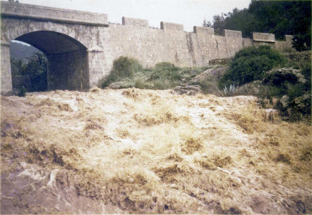 Geografia. Clima. El pont de Santa Eulària, durant l´aiguat de la tardor de 1977. Foto: cortesia d´Antoni Ferrer Cirer.