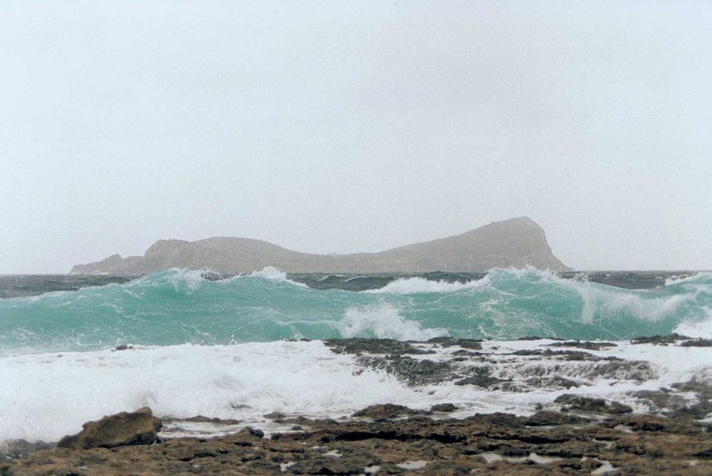 Geografia. Clima. Un fort temporal de llevant. Tagomago des de sa punta de ses Eres Roges. Foto: Antoni Ferrer Abárzuza.