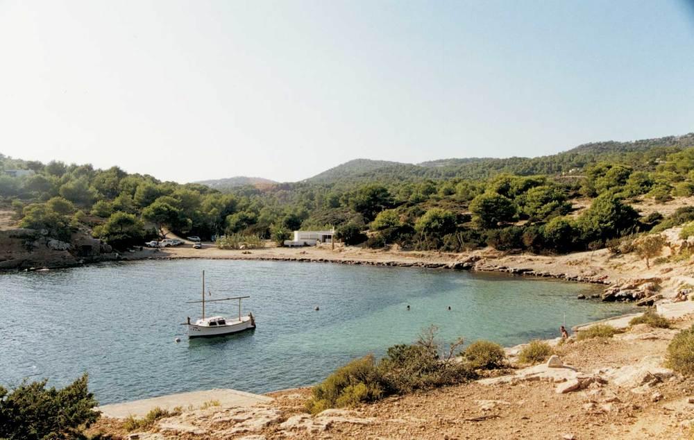 Geografia. Hidrologia. Les desembocadures de torrents contribueixen a la formació de petites cales: s´Estanyol, a la costa de Jesús. Foto: Antoni Ferrer Abárzuza.