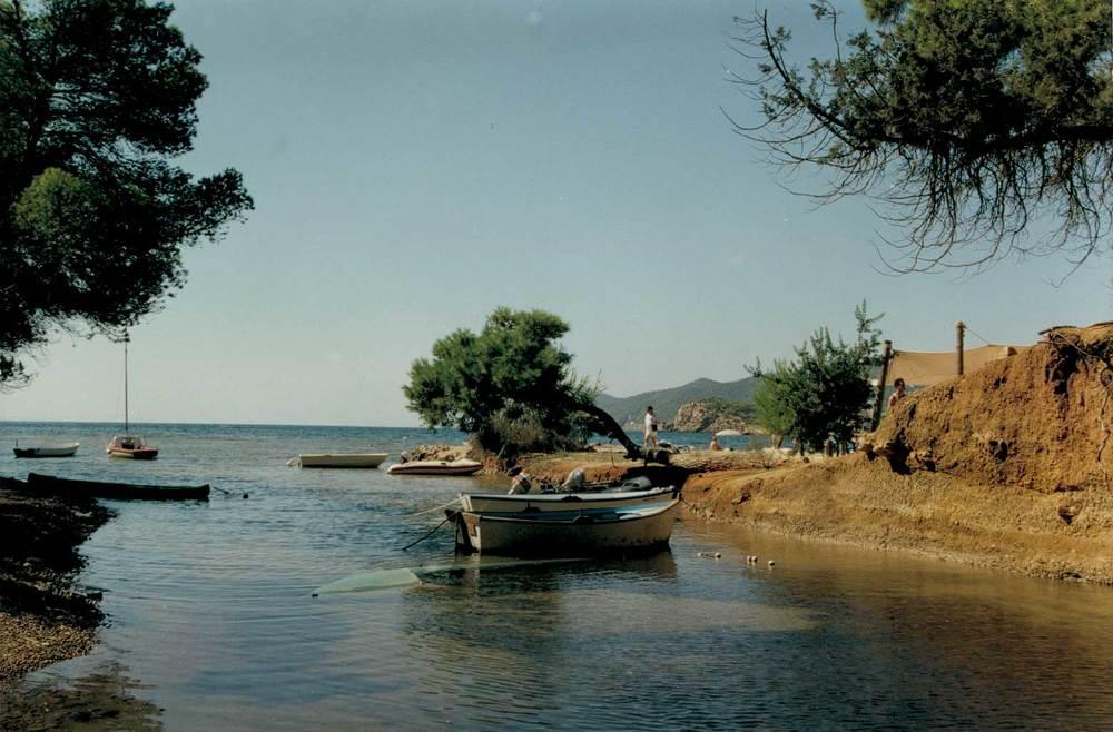 Geografia. Hidrologia. S´Estanyol, a la costa de Santa Eulària, que el pintor Rigobert Soler batejà amb el nom de Niu Blau. Foto: Antoni Ferrer Abárzuza.
