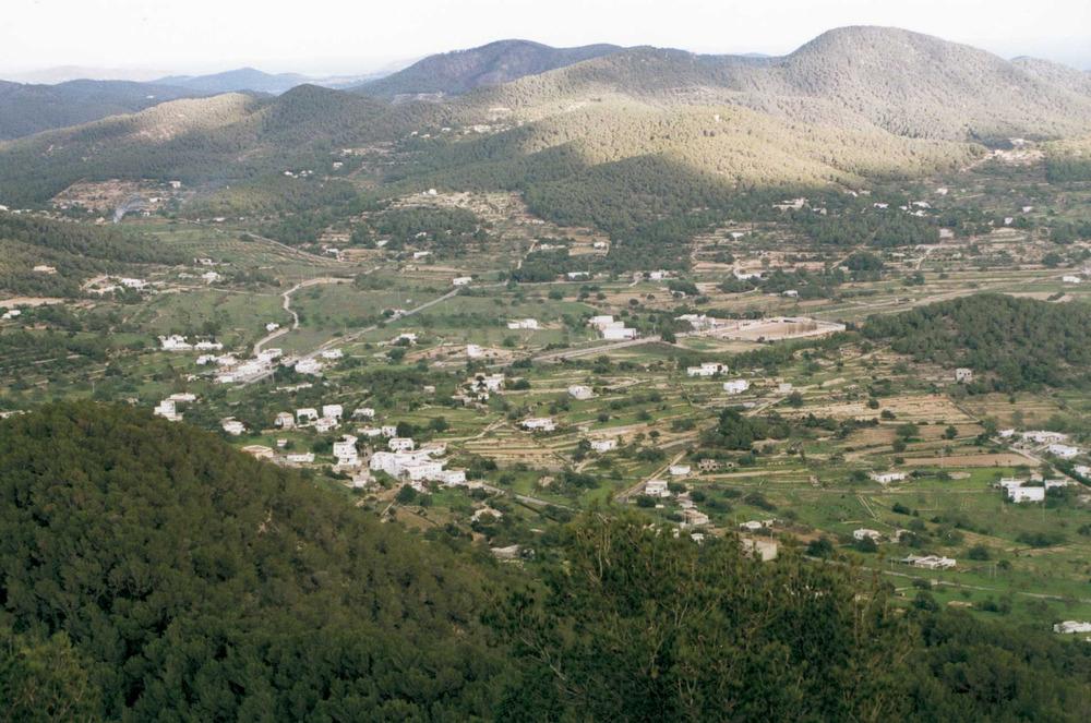 Geografia. Biogeografia. El pla de s´Arenest, a Sant Josep, envoltat de puigs. A l´esquerra de la foto, la vall de Benimussa. Foto: Josep Antoni Prats Serra.