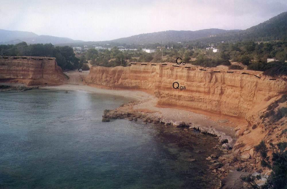 Geografia. Es Bol Nou, a redós de sa Caleta, mostra uns estrats de materials detrítics recoberts de crosta. La platja actual presenta una part natural, al davant, i l´altra regenerada, al fons. Foto: Alberto Tostón Calle.