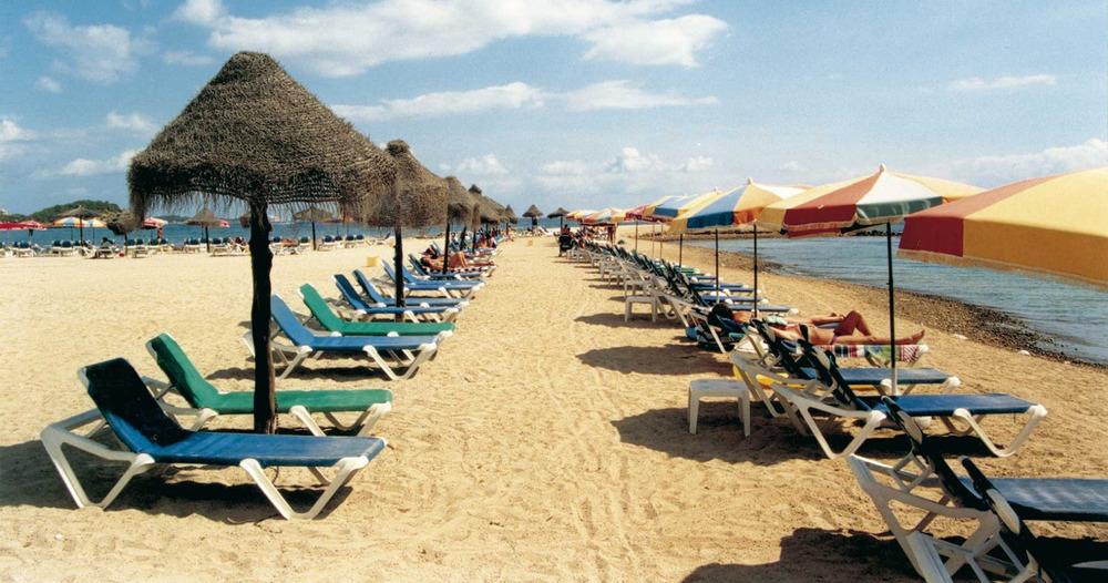 Geografia. Sector terciari. Les platges d´Eivissa són uns dels grans atractius per als turistes del nord d´Europa. Foto: Antoni Ferrer Abárzuza.