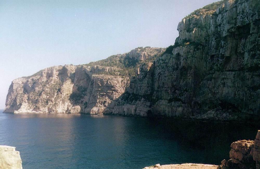 Geologia. Calcàries i dolomies urgonianes (Ca) de la sèrie d´Albarca, al cap des Mossons. Foto: Xavier Guasch Ribas.