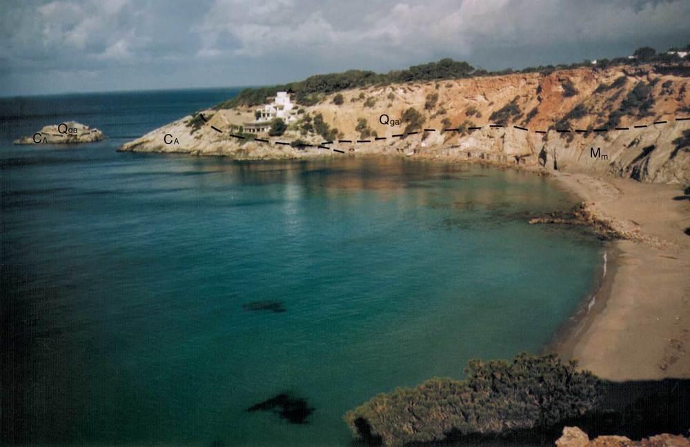Geologia. Contacte anormal del quaternari amb calcàries del cretaci (Ca) i margues del miocè (Mm), a cala d´Hort. Foto: Alberto Tostón Calle.